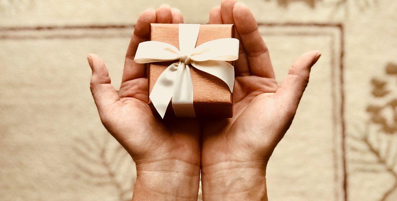 offrir un cadeau symbolique